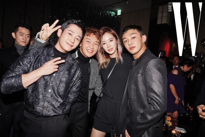 더블유 할로윈 파티가 특별한 이유. 배우 정해인, 비주얼 디렉터 최진우, 모델 아이린, 배우 유아인이 파티를 즐기고 있다.