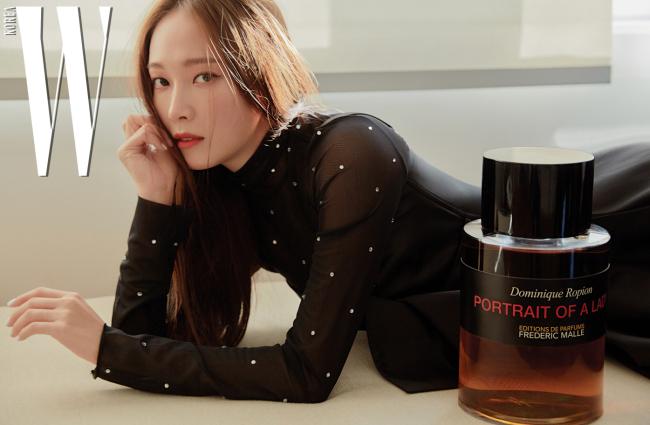새틴 소재 블랙 드레스는 니나리치 제품, 크리스털 장식의 블라우스는 스타일리스트 소장품.