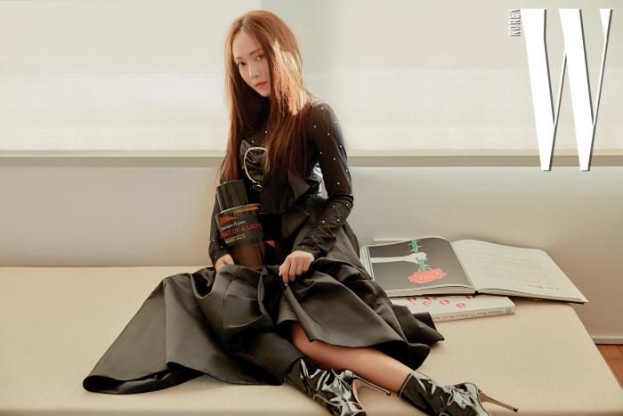 골드 링 장식이 포인트인 새틴 소재의 블랙 드레스는 니나리치, 에나멜 부티는 지안비토 로시 제품. 톱은 스타일리스트 소장품.