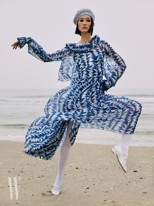 하늘거리는 패턴 드레스와 베레, 메리제인 슈즈, 타이츠는 모두 Chanel 제품.