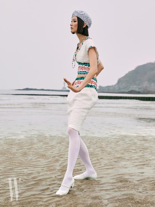 트위드 톱과 드레스, 구슬 목걸이, 베레, 타이츠, 메리제인 슈즈는 모두 Chanel 제품.