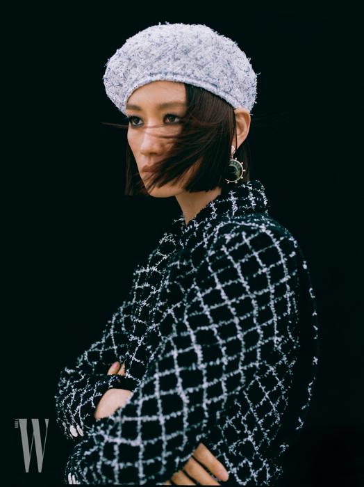 코튼 니트 재킷과 베레, 메탈 귀고리는 모두 Chanel 제품.