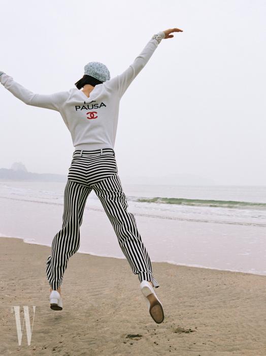 캐시미어 니트와 줄무늬 울 팬츠, 메리제인 슈즈, 베레는 모두 Chanel 제품.