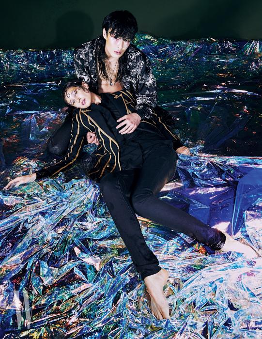 박세라가 착용한 줄무늬 재킷과 셔츠, 진은 모두 Saint Laurent by Anthony Vaccarello 제품. 박경진이 착용한 프린트 로브와 팬츠, 펜던트 목걸이는 모두 Givenchy 제품.