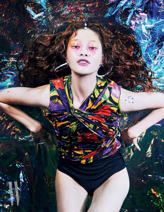 화려한 색감의 꽃무늬 톱과 후프 귀고리는 Balenciaga 제품.