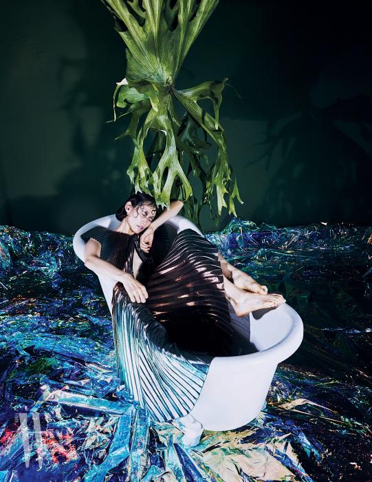 메탈릭한 플리츠 드레스는 Givenchy 제품.