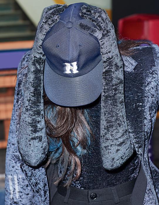 벨벳 소재의 장갑 일체형 톱과 어깨에 걸친 재킷, 검정 팬츠는 발렌시아가 제품. 모두 가격 미정.