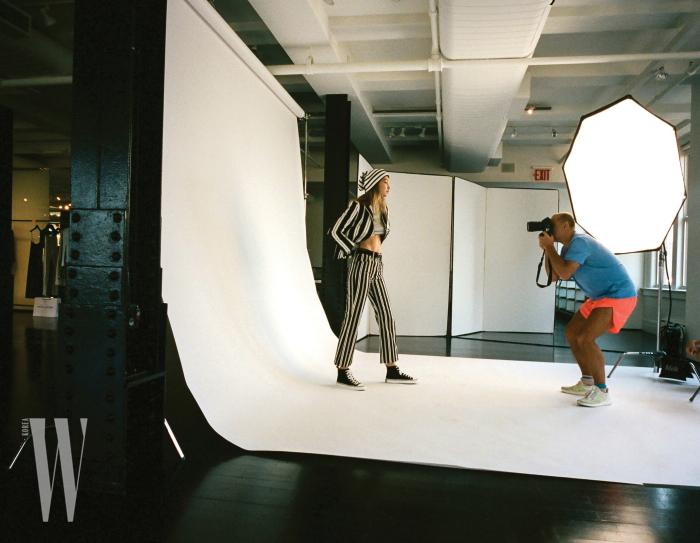 사진가 유르겐 텔러가 촬영한 '돌아온 그런지 컬렉션 1993/2018' 광고 캠페인 촬영 현장.