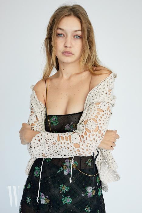 새로운 밀레니얼 세대를 공략한 듯, 오늘날을 대표하는 핫한 모델인 지지 하디드가 그런지 컬렉션 캠페인에 참여했다. 11월 7일 공개된 캡슐 컬렉션은 11월 말 마크 제이콥스 국내 매장에서도 만날 수 있다.
