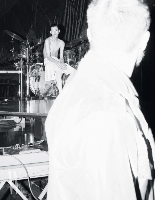 드럼 셋이 놓인 이 공간은 백스테이지다. 극중에서는 클라이맥스 부분에 라이브로 강렬한 드럼 연주를 보여준다. 하얀색 가죽 주름 스커트는 Junya Watanabe 제품.