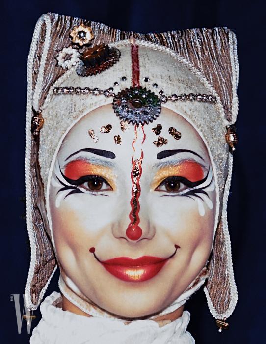 태야의 서커스 의마스코트 샤리바리 아티스트. 강렬하고 완벽한 메이크업은 극에 판타지를 더해준다.