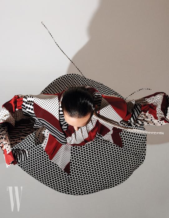 도트와 줄무늬가 그래픽적으로 섞인 드레스는 Louis Vuitton 제품.