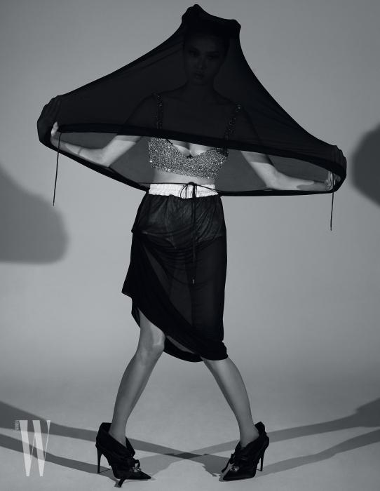 크리스털 장식 브라톱은 H&M by Moschino, 후디와 연결된 시스루 스커트는 Andrea Kronthaler for Vivienne Westwood 제품.