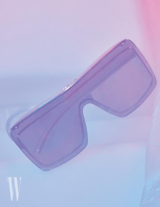 메탈 프레임이 렌즈에 레이어드된 선글라스는 샤넬 제품. 가격 미정.