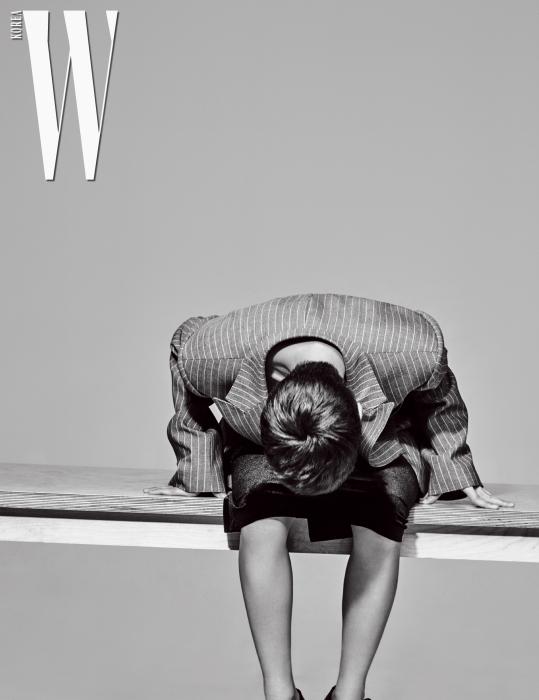 품이 넉넉한 줄무늬 재킷은 제이백 쿠튀르, 벨벳 튜브톱 드레스는 노르마 카말리 by 매치스 패션닷컴, 슈즈는 유니페어 제품.