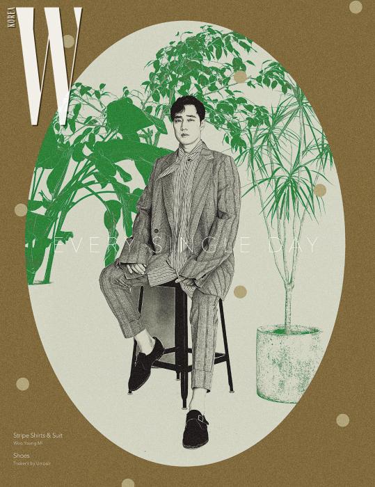 줄무늬 셔츠와 슈트는 모두 Woo Young Mi, 갈색 몽크 스트랩 슈즈는 Tricker's by Unipair 제품.