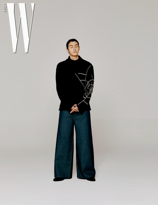 큼직한 니트는 요지 야마모토 by 분더샵, 통 넓은 데님 팬츠는 퍼 고테손 by 분더샵 제품.