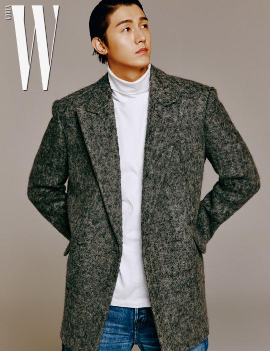 회색 울 더블 재킷은 김서룡 옴므, 흰색 터틀넥 톱은 캘빈 클라인 진, 데님 팬츠는 발렌시아가 제품.