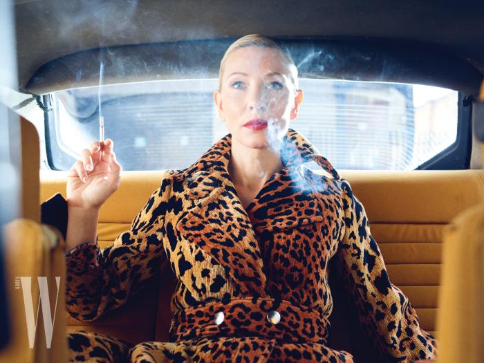 호피 무늬 코트는 Victoria Beckham 제품.
