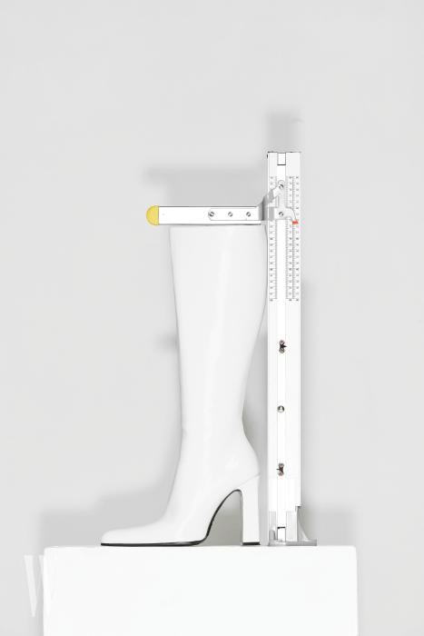 페이턴트 가죽의 매끈한 화이트 롱부츠는 발렌시아가 제품. 가격 미정. 굽 11.5cm, 총길이 52.2cm