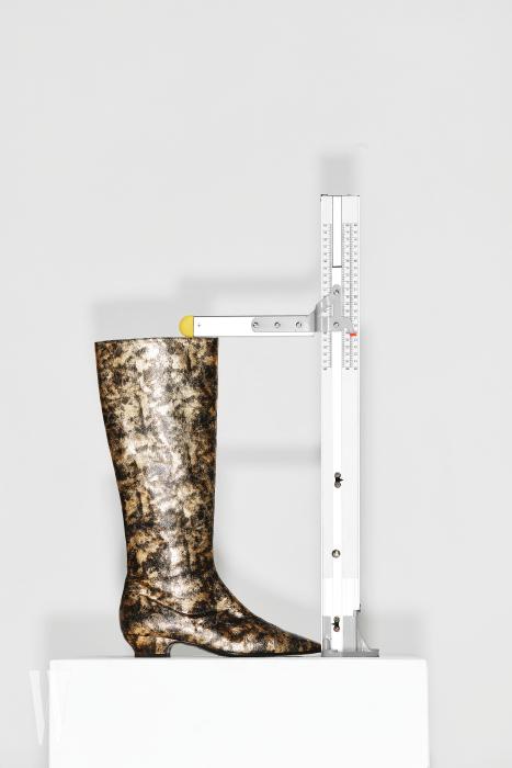 앞코가 뾰족한 고풍스러운 부츠는 샤넬 제품. 가격 미정. 굽 3.3cm, 총길이 44.5cm