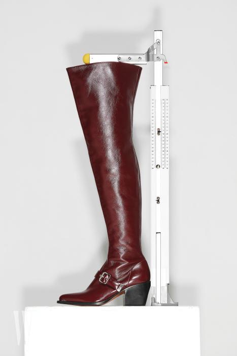 웨스턴 무드의 사이하이 부츠는 끌로에 제품. 가격 미정. 굽 7.3cm, 총길이 70.5cm
