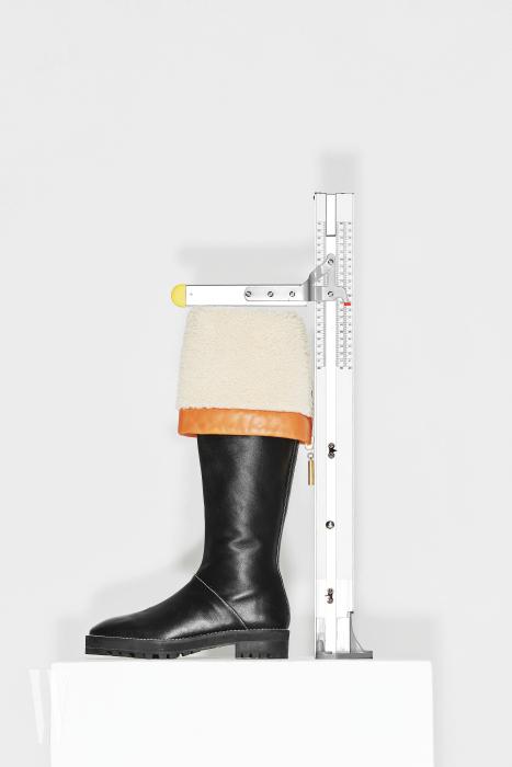접어서 연출할 수 있는 양털 트리밍 부츠는 스튜어트 와이츠먼 제품. 1백만원대. 굽 3cm, 총길이 48.5cm