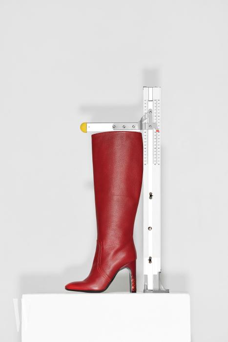 가죽의 섬세한 표현이 멋진 부츠는 보테가 베네타 제품. 1백59만원. 굽 10.2cm, 총길이 50cm