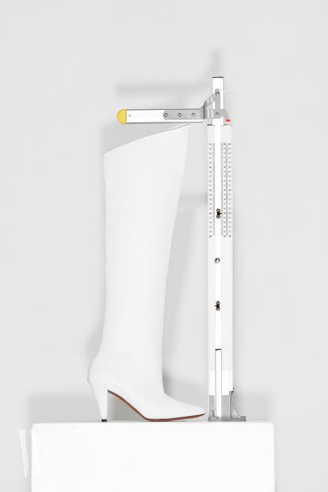 비스듬히 커팅된 라인이 돋보이는 부츠는 지방시 제품. 가격 미정. 굽 8.6cm, 총길이 64.7cm