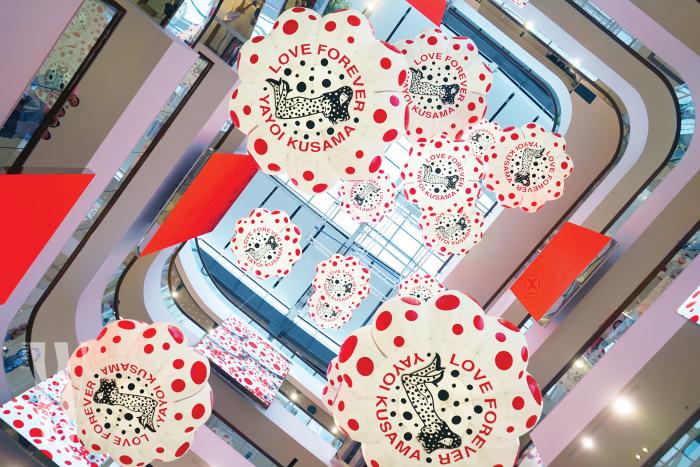 대형 쇼핑몰 한복판에 설치된 쿠사마 야요이의 2017년도 작품 '14 Pumpkins.