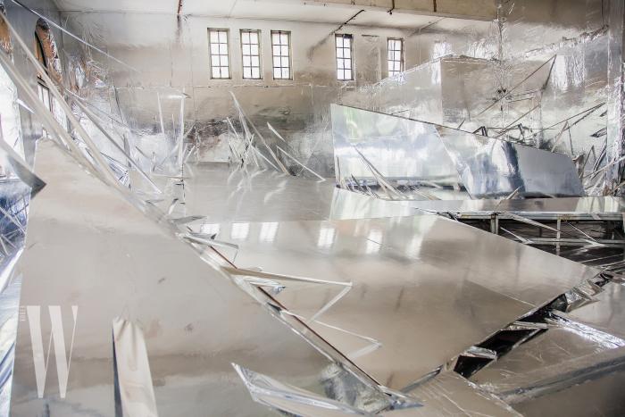 동아시아회사 건물 내부에 설치된 한국 작가 이불의 대형 설치 작품 'Diluvium'.