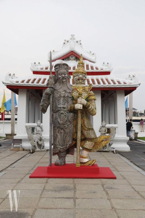 콤크리트 텝티안의 2018년도 신작인 320cm 높이 대형 작품 'Giant Twins'.