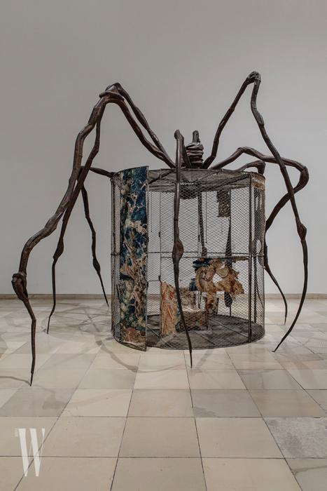 루이즈 부르주아의 대표작 '마망'의 스케일에 비하면 이 작품 '스파이더'는 귀엽다고 해야 할까?