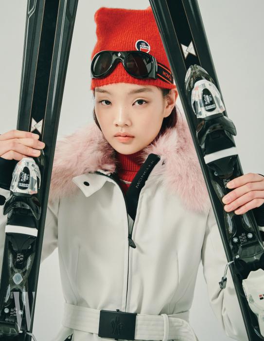 벨티드 재킷은 몽클레르 그레노블, 빨간색 니트 비니, 터틀넥은 퓨잡, 고글형 선글라스는 몽클레르 by 세원 I.T.C 제품.