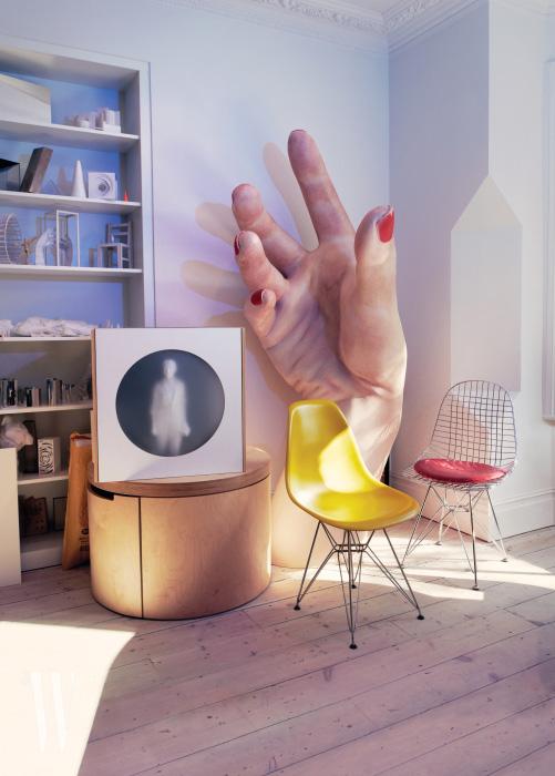 그녀의 스튜디오에는 2017년  공연을 위해 만든 거대한 손 모형 중 하나가 자리하고 있다.