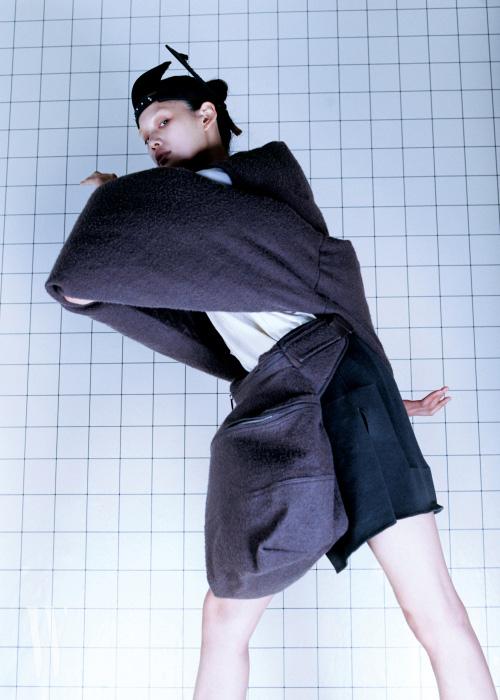 해체적인 톱, 티셔츠, 쇼츠, 허리에 두른 가방, 헤드피스는 모두 릭 오웬스 제품. 가격 미정.