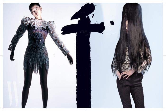피라미드와 스핑크스 프린트가 중앙에 자리한 입체적인 드레스는 Balmain 제품. 아일릿 장식의 고풍스러운 블라우스, 검정 팬츠는 Dior 제품.