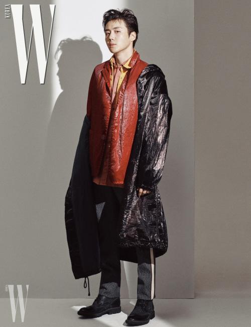 후드 카디건은 생로랑, 노랑 재킷은 드리스 반 노튼, 체크무늬 점프슈트는 막시 제이 제품.