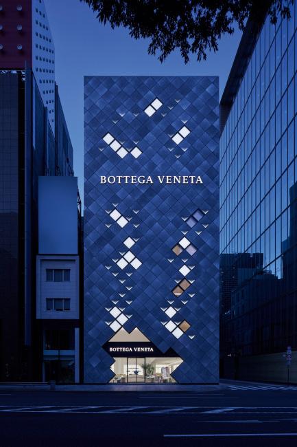 보테가 베네타 도쿄 긴자 플래그십 스토어의 전경. 인트레치아토 기법을 연상시키는 외관이 인상적이다.