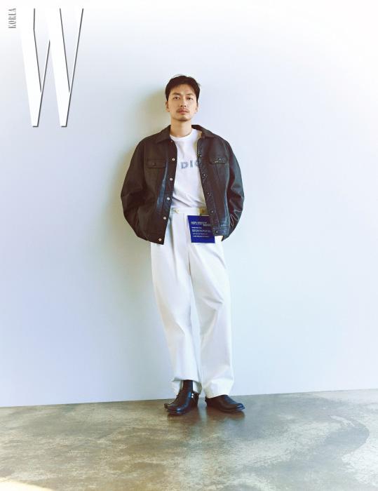 가죽 재킷은 슈프림, 티셔츠는 디올맨, 하얀 팬츠는 꼼데가르송×준야 와타나베, 신발은 발렌시아가 제품.