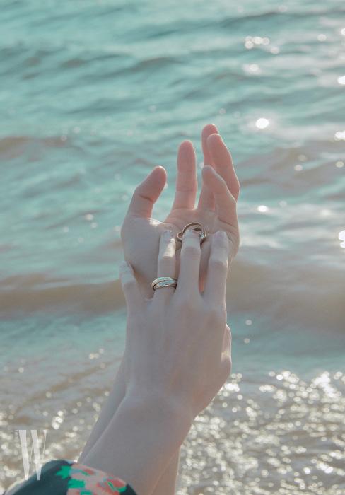 김다영이 착용한 18K 옐로 골드, 화이트 골드, 핑크 골드가 조화를 이룬 트리니티 드 까르띠에 링과 변준서의 손에 올려진 트리니티 드 까르띠에 링은 모두 Cartier 제품.