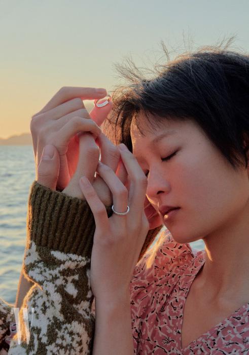 김다영이 착용한 사각 큐브 형태의 아이스 큐브 링은 Chopard 제품. 김다영이 입은 꽃무늬 드레스는 이자벨 마랑, 변준서가 입은 스웨터는 골든구스 디럭스 브랜드 제품.