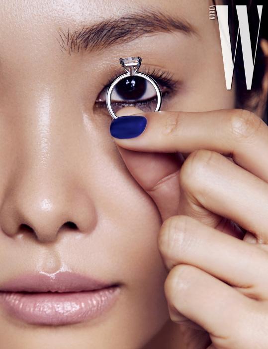 브랜드의 이니셜인 T를 측면에 그래픽적으로 표현한 플래티넘 소재의 다이아몬드 웨딩 링인 티파니 트루 링은 Tiffany & Co. 제품.