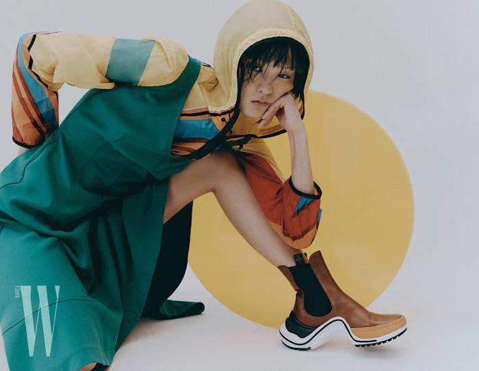 노란색 집업 후디는 5 몽클레르 크레이그 그린 제품. 가격 미정. 미니멀한 녹색 드레스는 휴고 보스 제품. 가격 미정. 아치라이트 부츠는 루이 비통 제품. 1백60만원대.