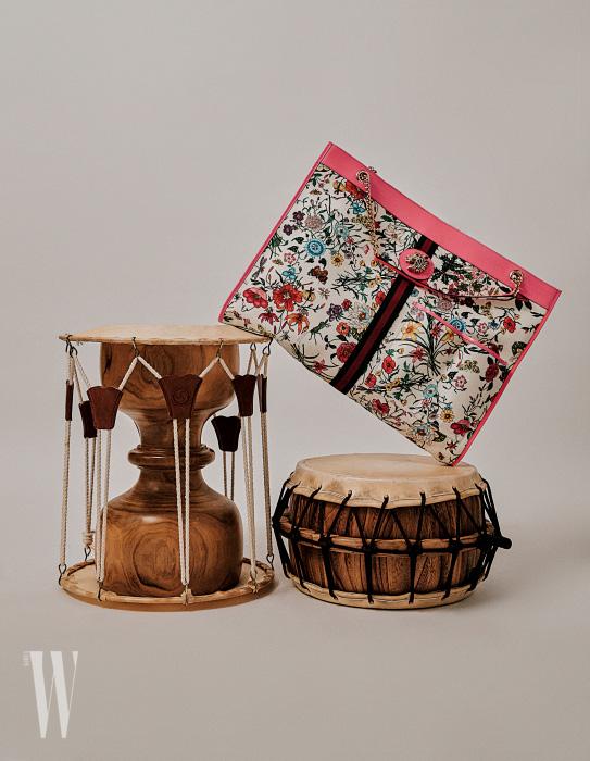 국악기 장구, 북과 함께 촬영한 호랑이 장식의 꽃무늬 맥시 토트백은 구찌 제품. 3백만원대.