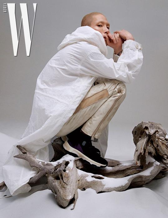 하얀 후디 집업 재킷, 화이트 셔츠, 가죽 팬츠와 스웨이드 프린지 스니커즈는 모두 Coach 1941 제품.