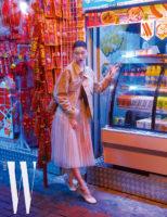 큼직한 베이지색 데님 재킷과 튤 스커트, 브라렛, 발레 스타일 슈즈, 퀼팅 장식 크로스백은 모두 Dior 제품.