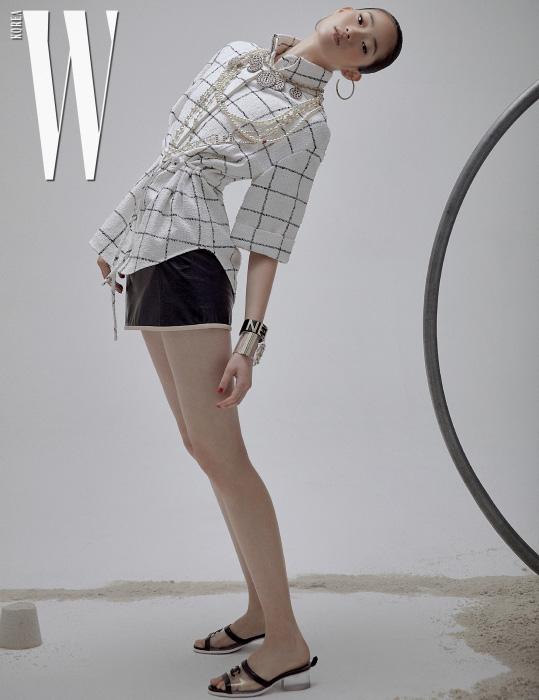격자무늬 블라우스와 미니스커트, 글라스 목걸이와 메탈 목걸이, 귀고리와 뱅글, 슬라이드는 모두 Chanel 제품.