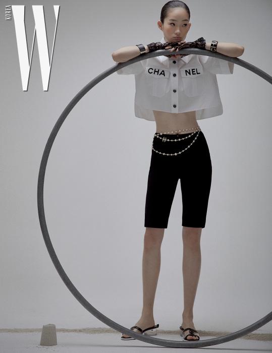 주머니 장식 셔츠와 레깅스 팬츠, 벨트처럼 연출한 목걸이, 로고 뱅글, 슬라이드는 모두 Chanel 제품. 레이스 장갑은 에디터 소장품.