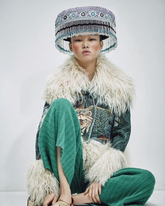 동양적인 자수 장식 재킷과 초록색 니트 팬츠는 Kenzo 제품, 모자와 슈즈는 에디터 소장품.